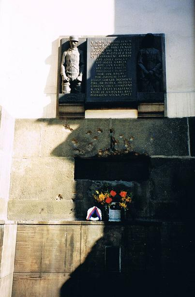 Utsidan av kyrkan (kryptan) bär tydliga spår av striderna
