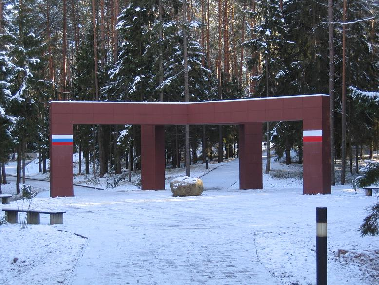 Entrén till memorialet i skogen