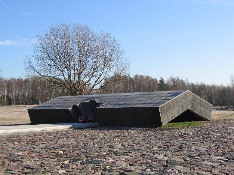 Minnesmonument på platsen där ladan låg