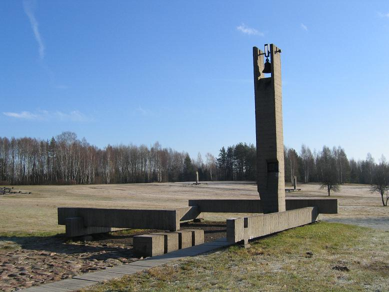 Symboliska hus med namnen på dem som bodde där innan massakern