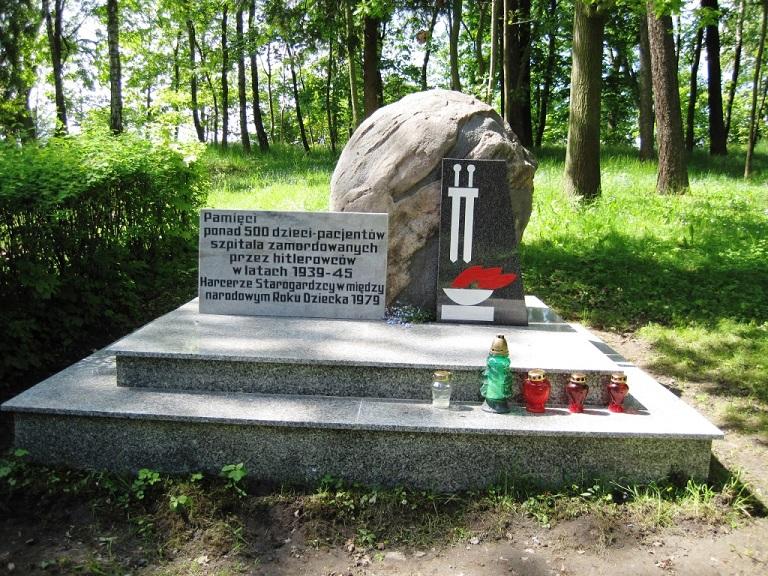 Minnesmonument på kyrkogården för de ca 500 barn som mördades på sjukhuset
