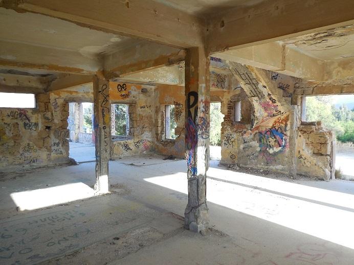 Ruiner efter brittiskt fältsjukhus på en udde strax väster om Chania