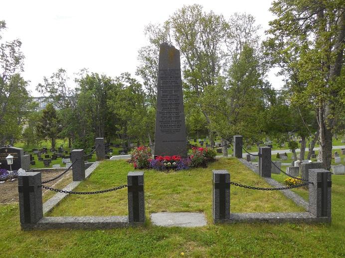 På en närliggande kyrkogård finns ett minnesmonument för de åtta personer som mördades i oktober 1943