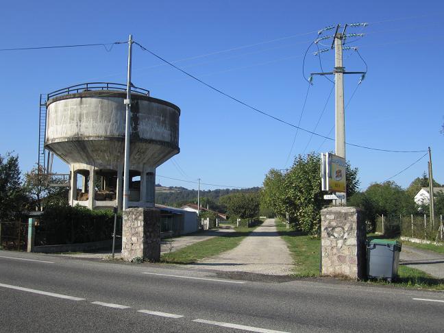 Vattentornet och lägerentrén