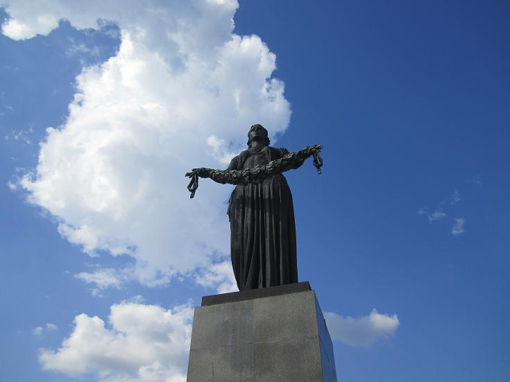 Moder Ryssland staty vid Piskariovksoye kyrkogård