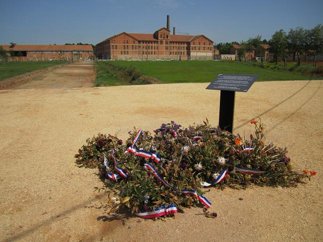 I bakgrunden syns lägret/museet