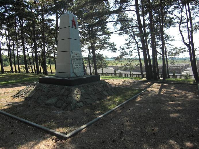 Det gamla monumentet (det nya syns i bakgrunden)