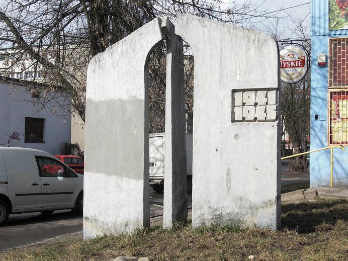 Monument längs gränsen mellan gettot och omvärlden