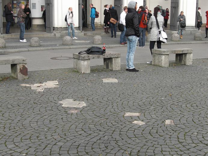 Kopior av flygbladen som monument på marken