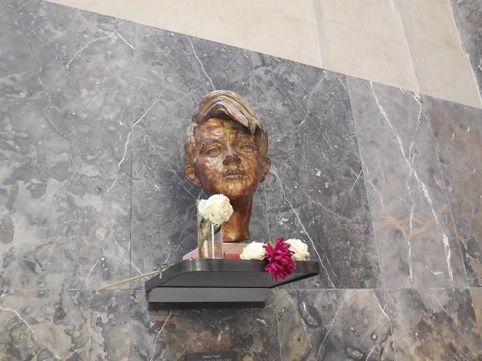 Byst i entréhallen föreställande Sophie Scholl