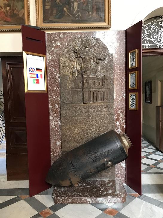 Kopia av den odetonerade bomben i katedralen Mosta