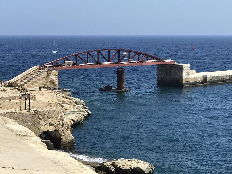 Återuppbyggd bro som förstördes vid ett anfall av italienska torpedbåtar