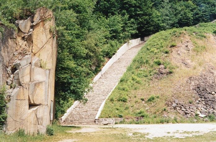 Trappan ner till stenbrottet