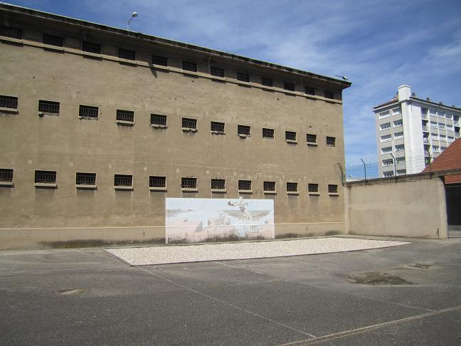 På fängelsets innergård byggdes en träbarack för judar. Baracken revs efter kriget