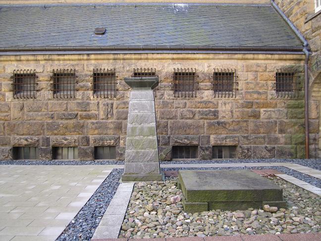 Minnesmonument utanför fångcellerna
