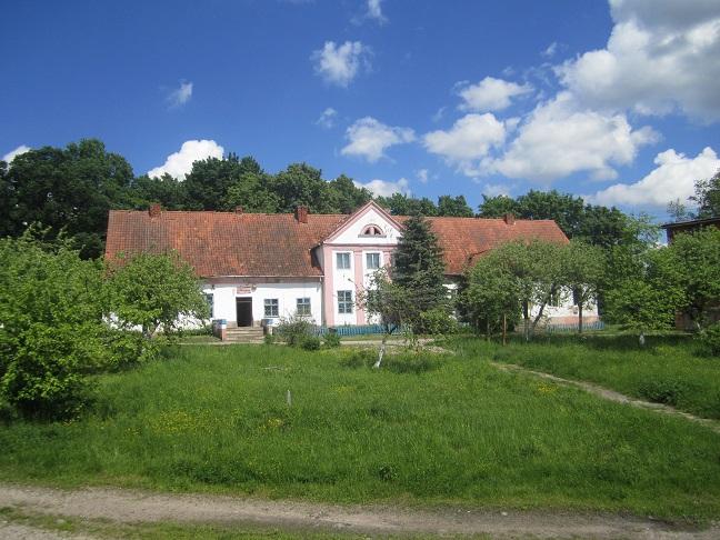 Hus på gården där massakern ägde rum. i källaren sökte civila skydd innan de upptäcktes av sovjetiska soldater.