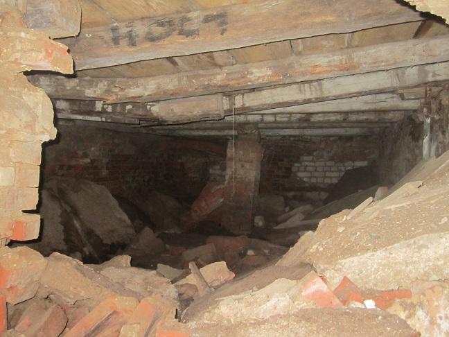 Inuti ladans källare där civila sökte skydd innan de upptäcktes av sovjetiska soldater