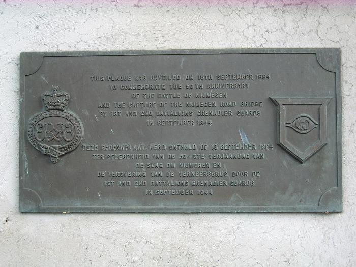 Minnesplakat vid Waalbron