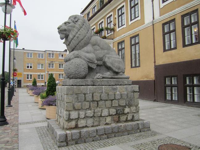 Lejonstaty från memorialet som numera står på torget i Olsztynek
