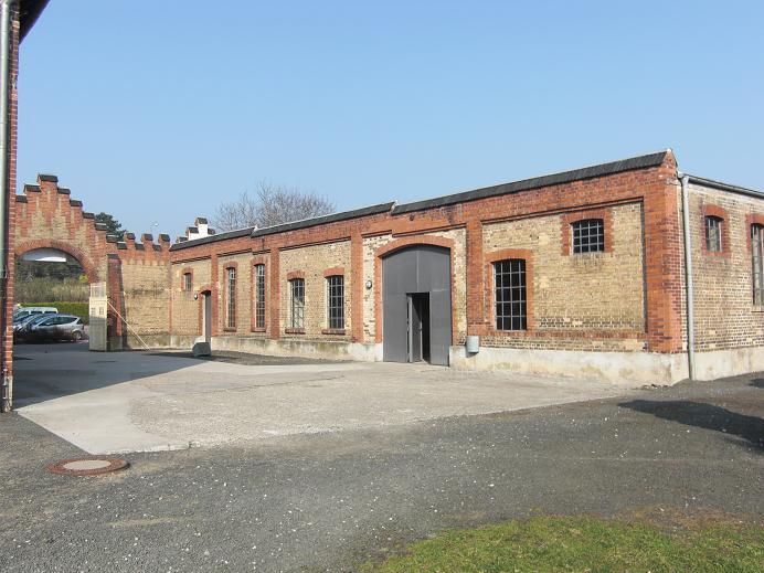 Fångarnas uppställningsplats och sovsal