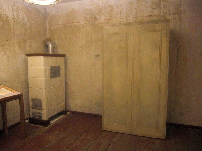 Bakom skåpet finns det en lönndörr till ett gömställe
