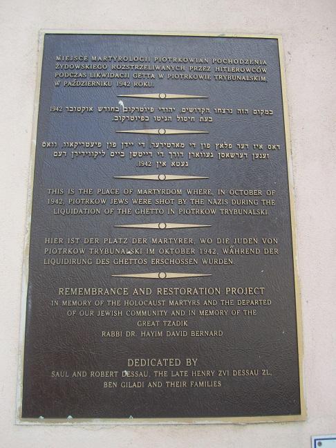 Minnestavla på platsen där judar mördades under avvecklingen av gettot i oktober 1942