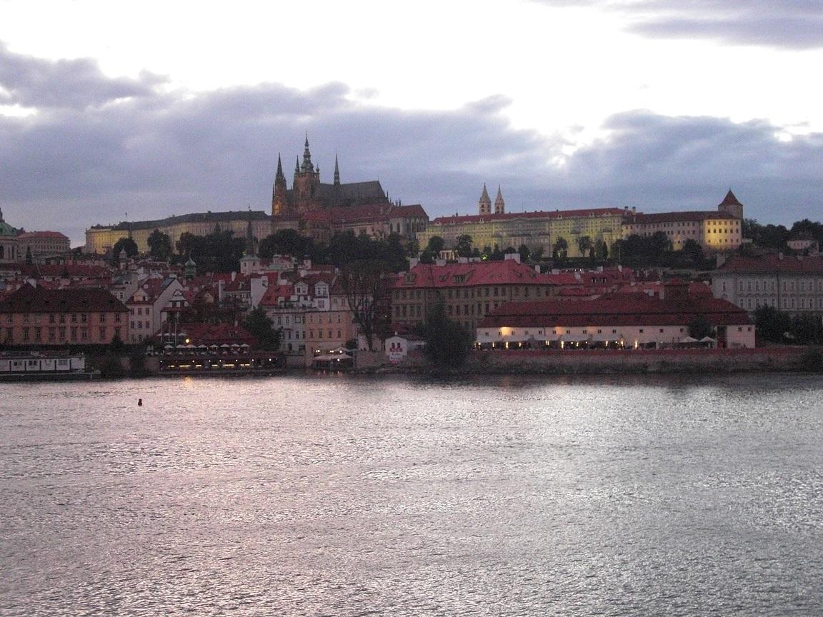 Slottet breder ut sig över Hradčany