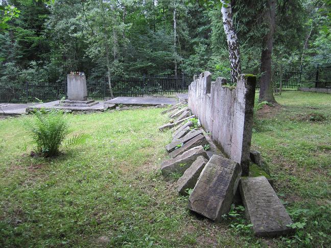 Minnesmonument och begravningsplats intill skjutbanan i skogen bakom skolan