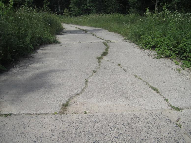 Originalväg som binder samman barackerna och bunkrarna