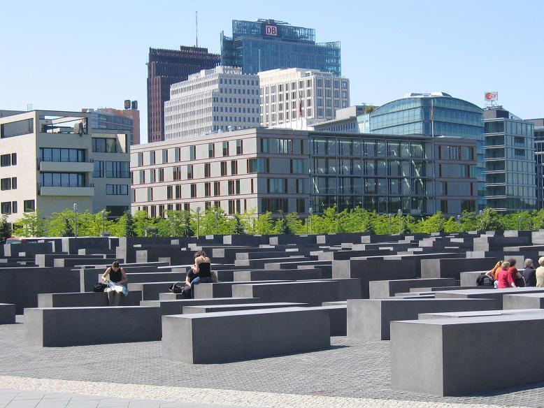 Förintelsemonumentet. Byggnaderna i främre bakgrunden ligger i vad som det nya Rikskansliets trädgård