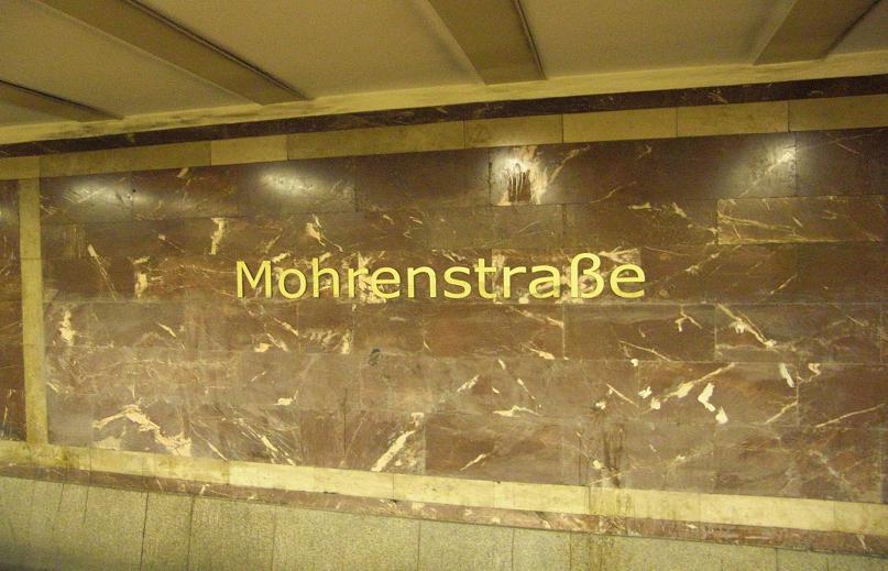 Tunnelbanestationen Mohrenstrasse i Berlin består delvis av marmor från det nya Rikskansliet