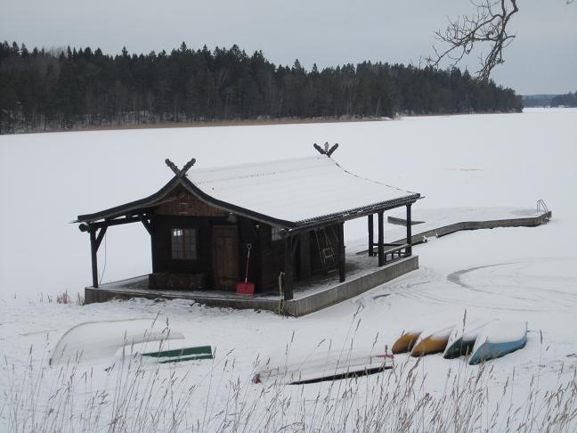 Båthus vid sjön Båven nedanför slottet
