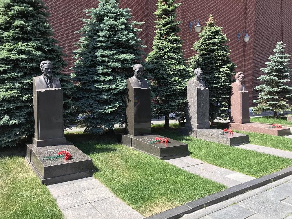 Gravar vid Kremlmuren. Från vänster till höger, Mikhail Kalinin, Jurij Andropov, Felix Dzerzjinskij, Leonid Brezjnev
