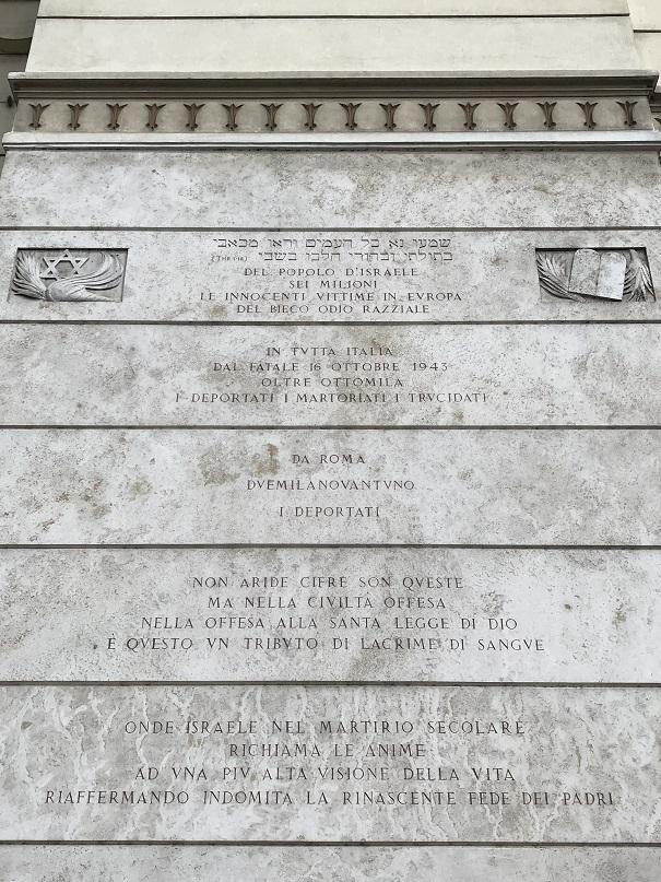 Minnesinskription på synagogans fasad