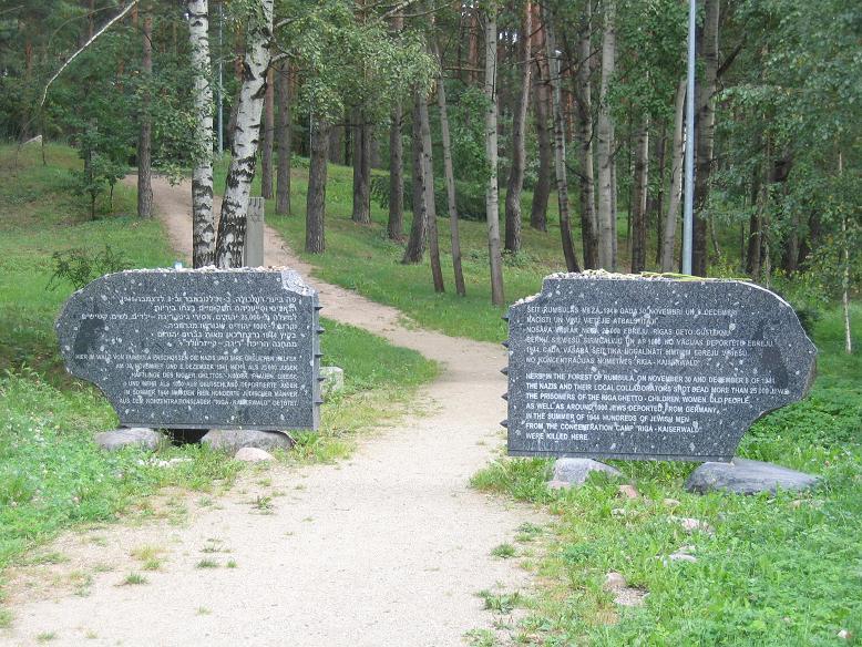 Ingången till memorialet är samma väg som judarna fick gå till sin egen död