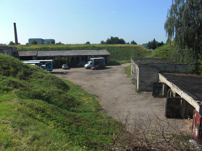 Innergården där de manliga judarna hölls fängslade och även mördades (byggnaderna är från efter kriget)