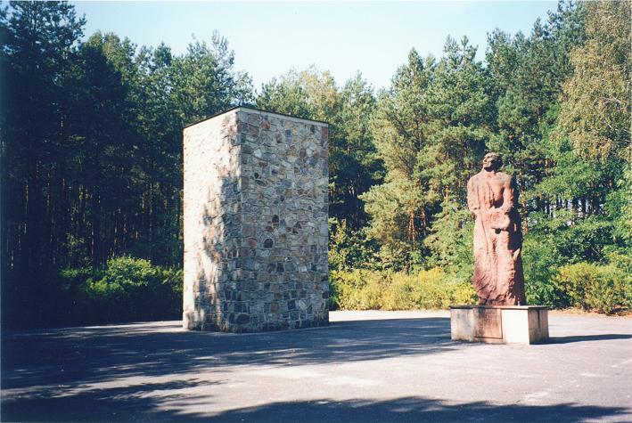 Minnesmonument på platsen där gaskamrarna stod