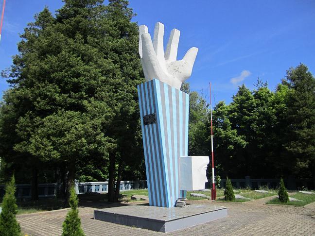 Minnesmonument vid Komorniki. Läge: 53°15'42.67 N 20°11'47.32 E