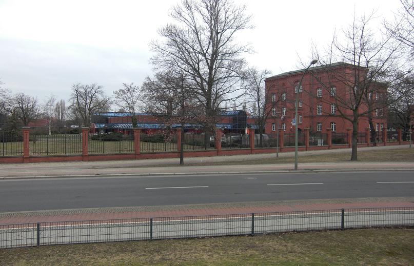 Mitt i bilden låg infarten till fängelseentrén och byggnaden till höger var ett vakthus