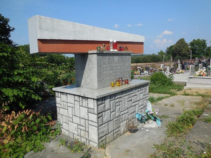 Minnesmonument på kyrkogården i Szebnie