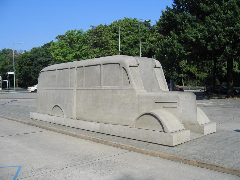 Minnesmonument i form av en buss som förde patienter till någon eutanasicentral