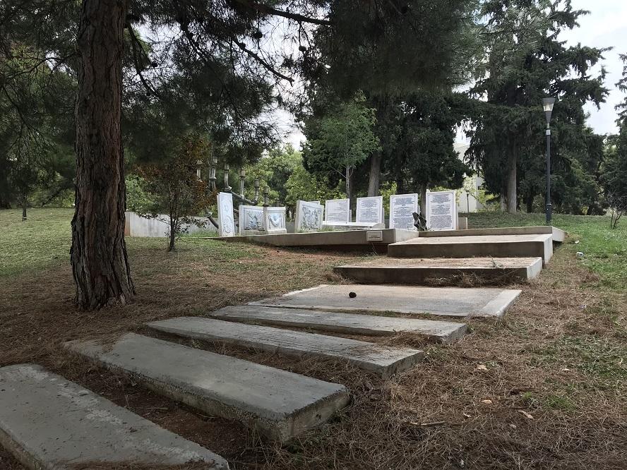 Minnesmonument vid den f.d. judiska kyrkogården (40°37'51.86 N 22°57'33.00 E)