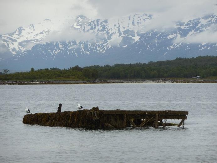Förfallen plattform som användes när Tirpitz skrotades. Tirpitz ligger precis utanför ställningen