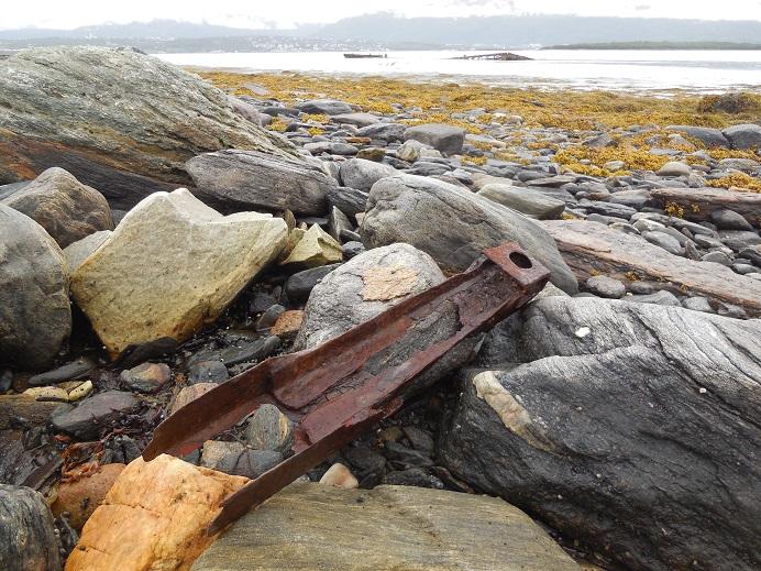 Delar av Tirpitz som spolats (?) upp på stranden