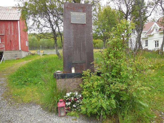 Minnesmonument uppåt land tillverkat av metall från Tirpitz