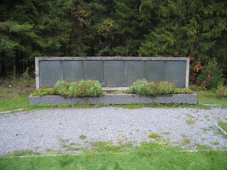 Minnesmonument med namnen på som avrättades i Trandumskogen