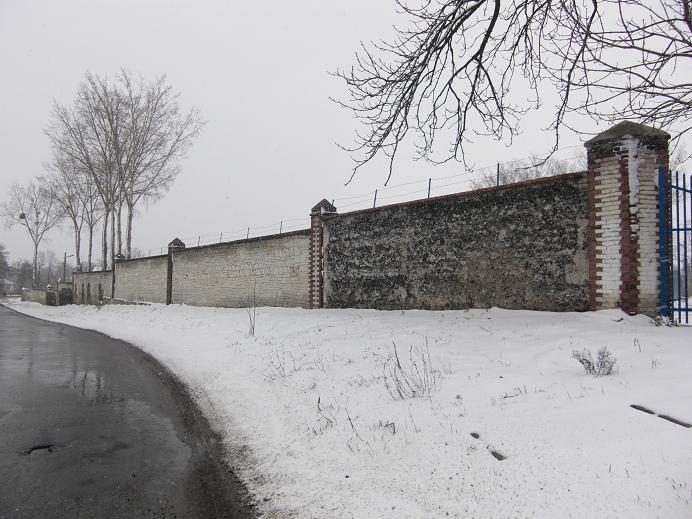 Lämningar av muren som omgav lägret