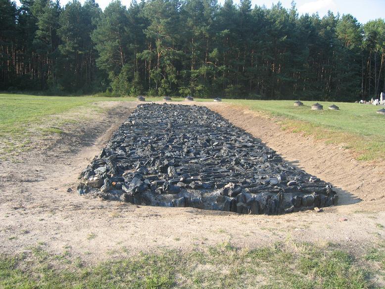 Symbolisk kremeringsgrop där liken brändes