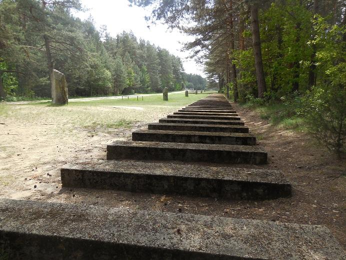 Symbolisk järnväg in till förintelselägret