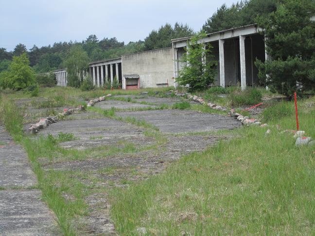 Stenarna med röd markeing visar var lägergatan låg (byggnaderna är från efter kriget)